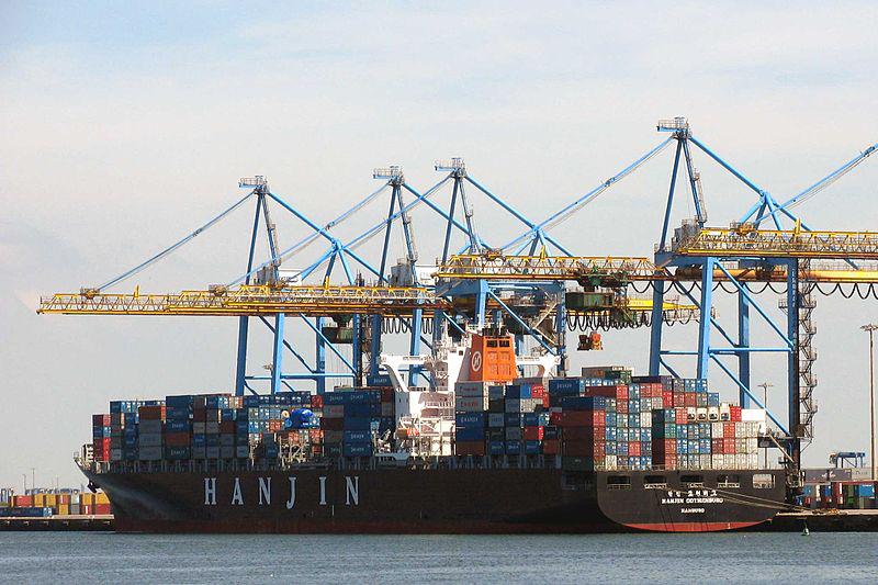Un porte-conteneurs au Havre (France)