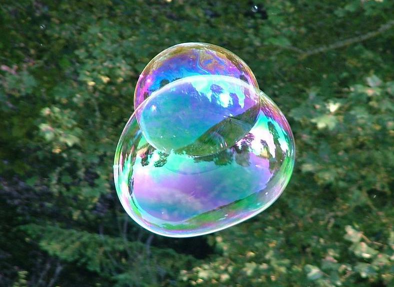 Irisations visibles à la surface d'une bulle de savon