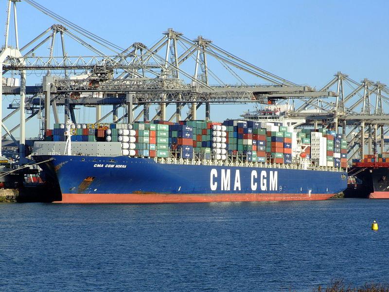 Un porte-conteneur dans le port de Rotterdam