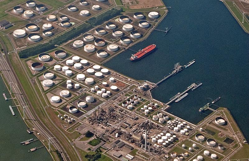 Citernes dans le port de Rotterdam