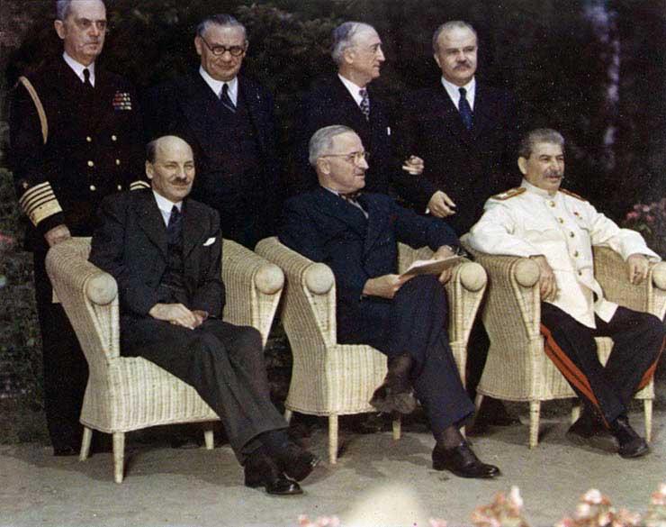 La Conférence de Potsdam. De gauche à droite : Clement Attlee (GB), Harry Truman (EU) et Staline (URSS).
