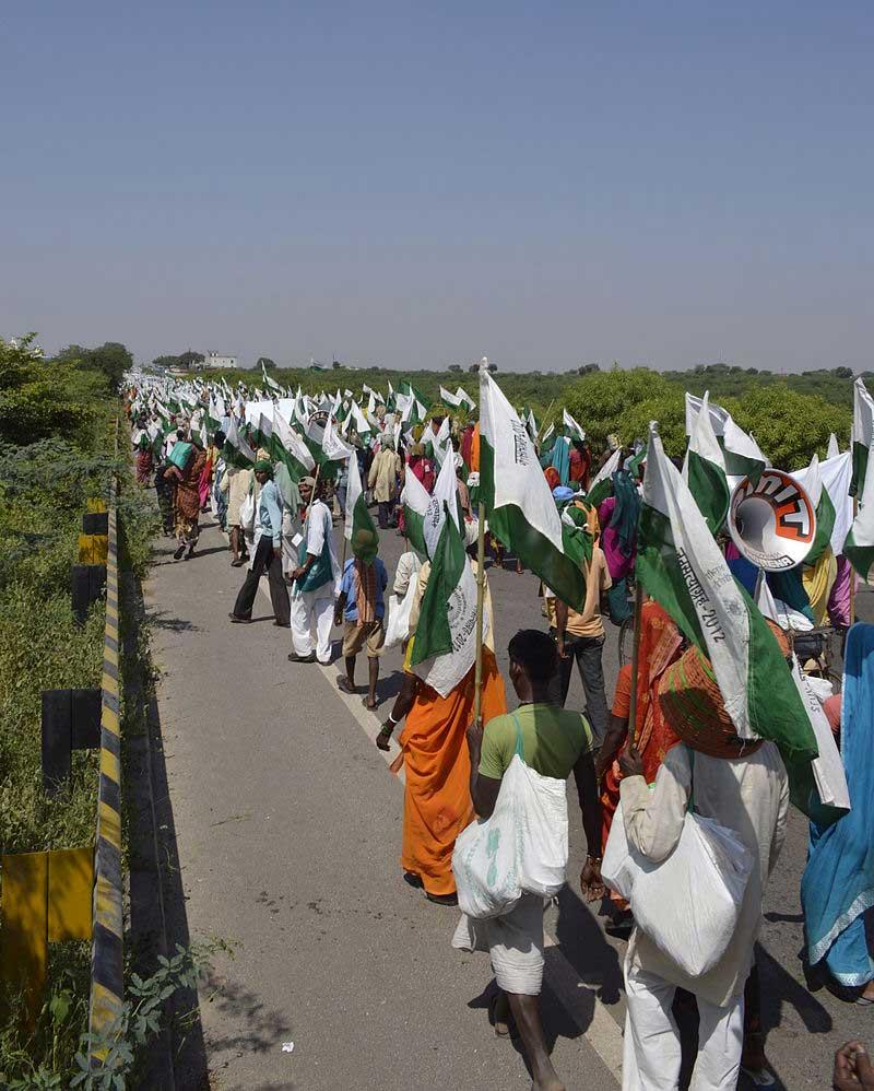 Marche de paysans pour obtenir une meilleure répartition des terres en Inde