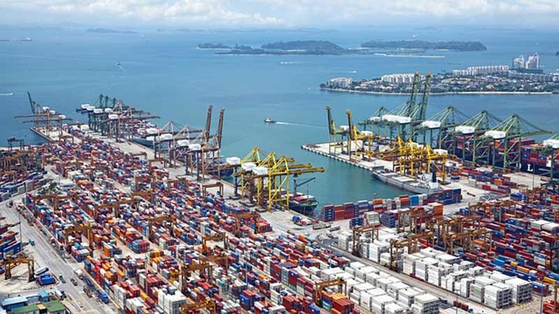 Zone de déchargement et de stockage des conteneurs sur le port de Rotterdam