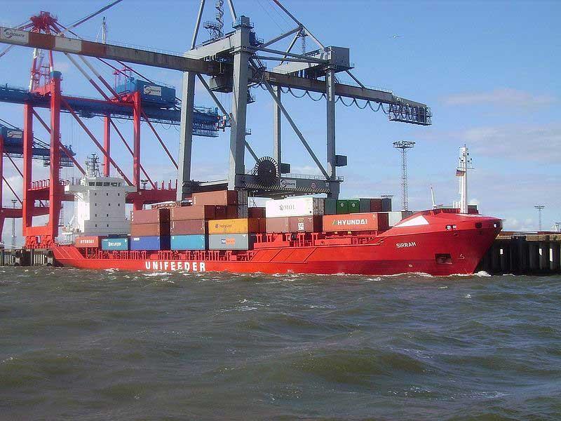 Un navire collecteur (feeder ship) dans le port de Bremerhaven en Allemagne