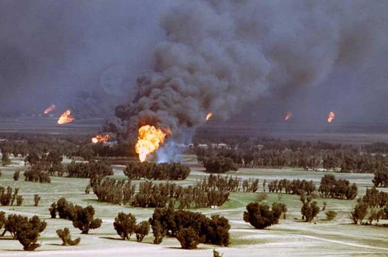 Les troupes irakiennes incendiant des puits de pétrole en se retirant du Koweït en 1991