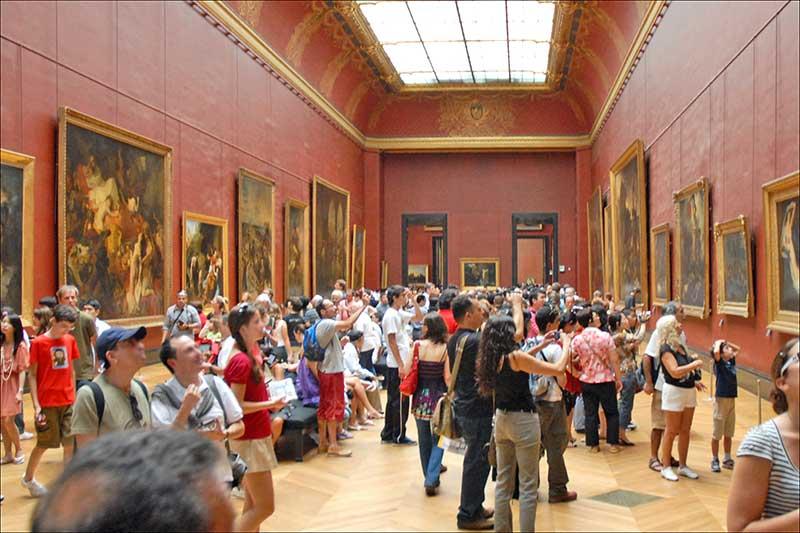 Des touristes au Musée du Louvre