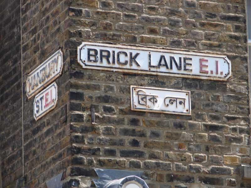 Affichage bilingue des rues dans le quartier de Brick Lane