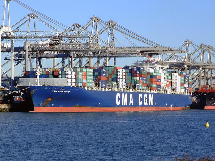 Porte-conteneurs dans le port de Rotterdam aux Pays-Bas