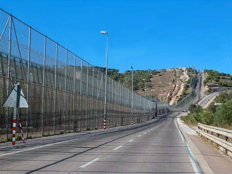 La frontière à Melilla (enclave espagnole au Maroc) clôturée afin d'empêcher l'arrivée de migrants
