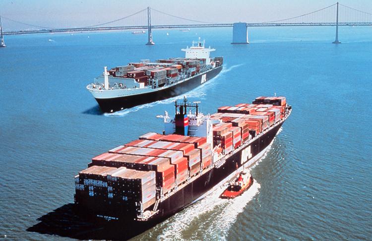 Deux porte-conteneurs se croisent dans la baie de San Francisco
