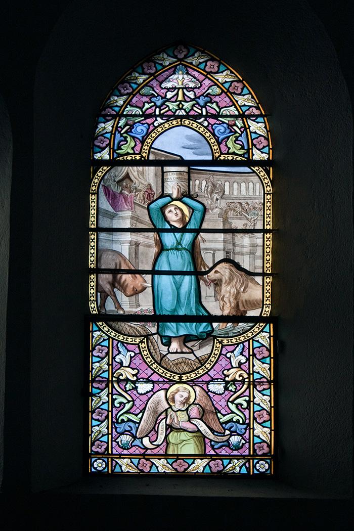 Vitrail de l'église Sainte-Blandine représentant le martyre de la sainte