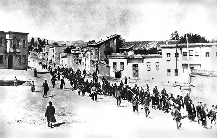 Des Arméniens déportés par les soldats ottomans