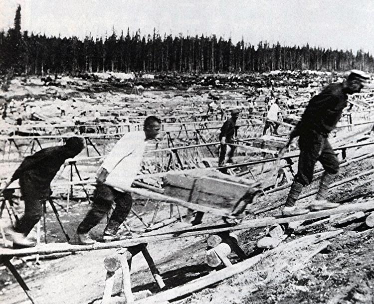 Prisonniers du Goulag en train de construire le canal reliant la Mer Blanche à la Mer Baltique.