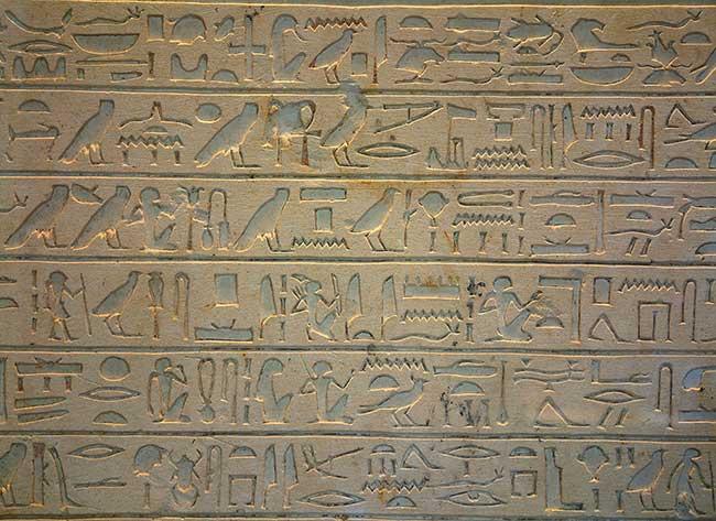 Hiéroglyphes gravés sur la stèle d'Intef au musée du Louvre
