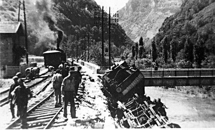Déraillement d'un train par la résistance française en juillet 1944