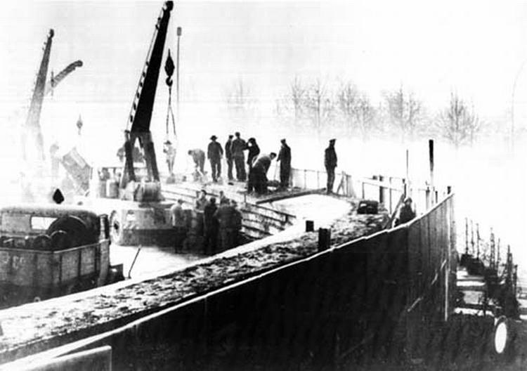Ouvriers est-allemands poursuivant la construction du mur en novembre 1961