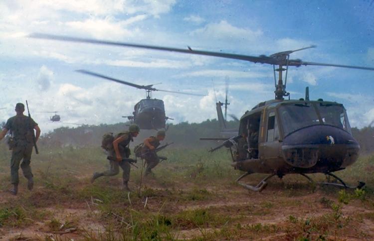 Soldats et hélicoptères américains durant la guerre du Vietnam