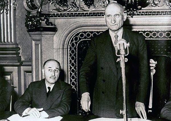 Jean Monnet et Robert Schuman le 9 mai 1950 dans le salon de l'Horloge du ministère des Affaires étrangères à Paris.