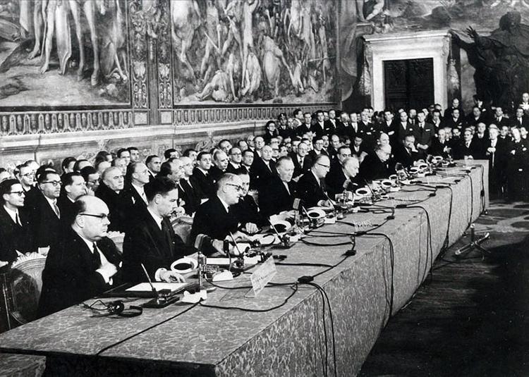 Signature des traités de Rome le 25 mars 1957 dans la chapelle Sixtine