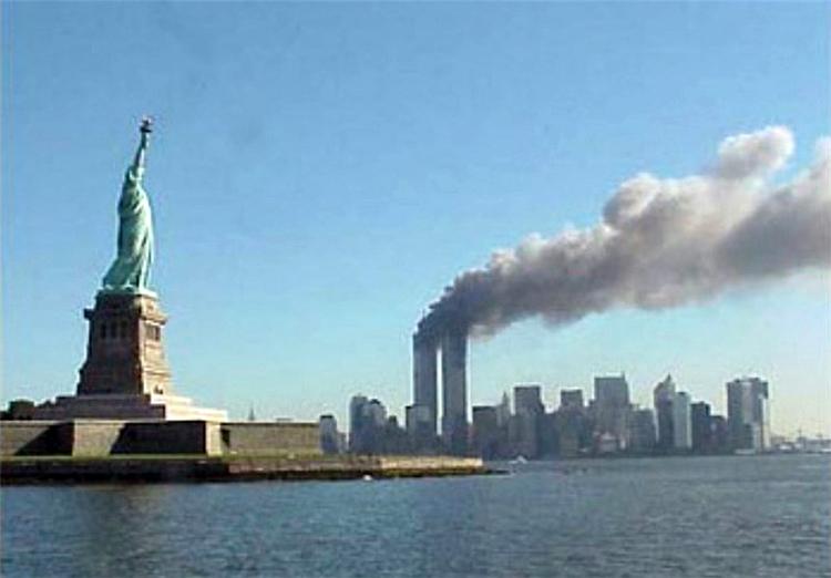 Les tours du World Trade Center en feu lors des attaques terroristes du 11 septembre 2001