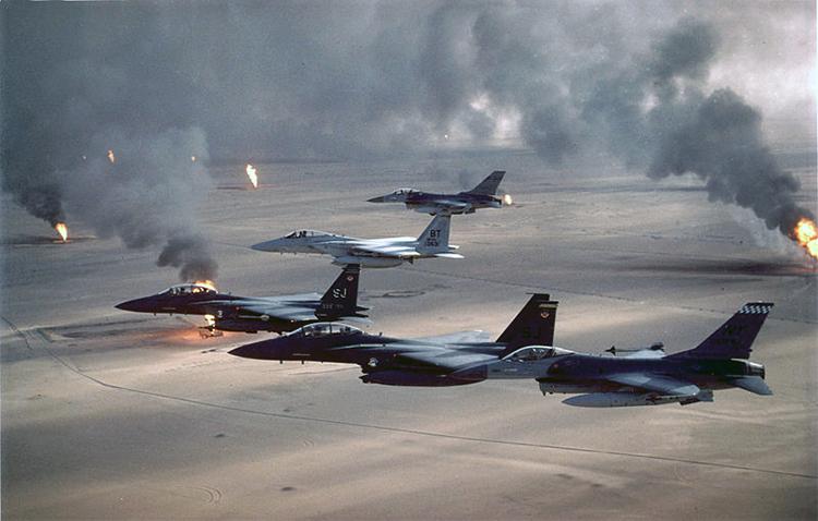 Avions américains survolant le désert koweïtien durant la guerre du Golfe en 1991