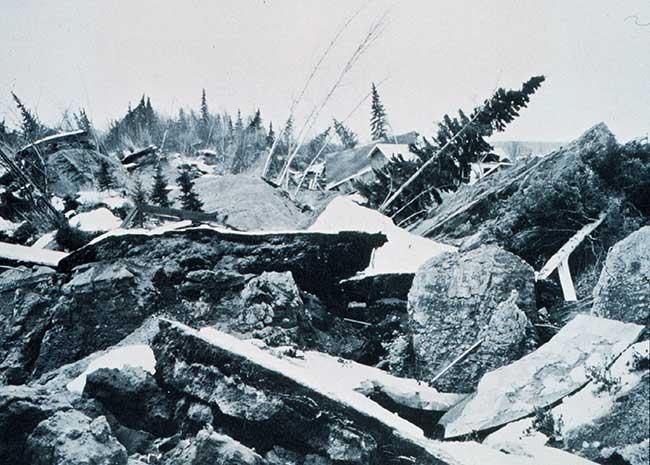 Modification d'un paysage causé par un tremblement de terre en Alaska en 1964