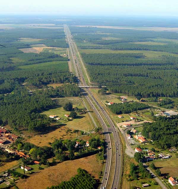 Un exemple d'aménagement du territoire : l'autoroute française A63 traversant les Landes