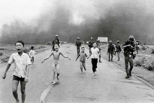 Kim Phuc, la petite fille brulée au napalm (8 juin 1972)