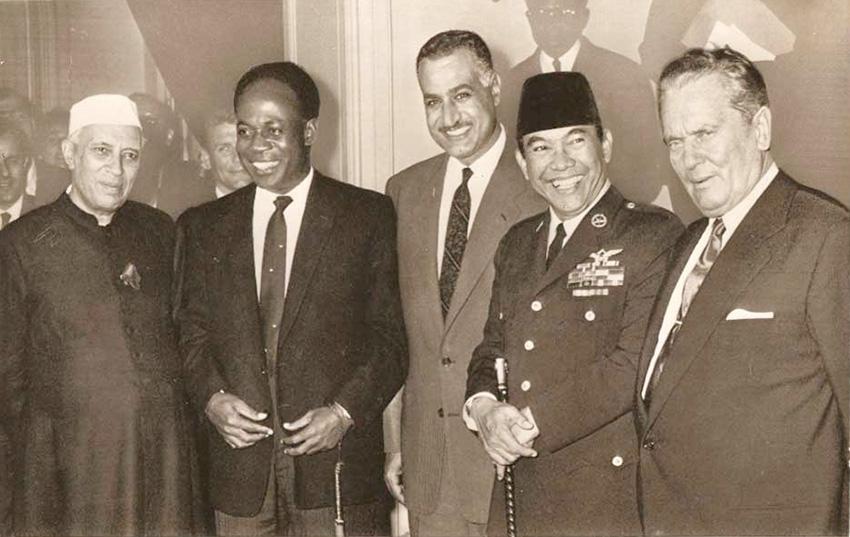 À Bandung, cinq grandes figures du tiers-monde (de gauche à droite) : Nehru (Inde), Nkrumah (Ghana), Nasser (Égypte), Soekarno (Indonésie) et Tito (Yougoslavie).