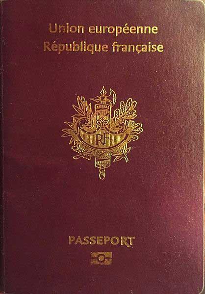 Couverture d'un passeport français illustrant la double appartenance à la France et à l'Union européenne