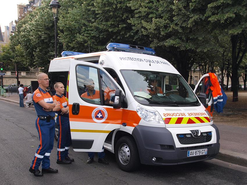 Ambulance et personnel de la Sécurité civile de Paris