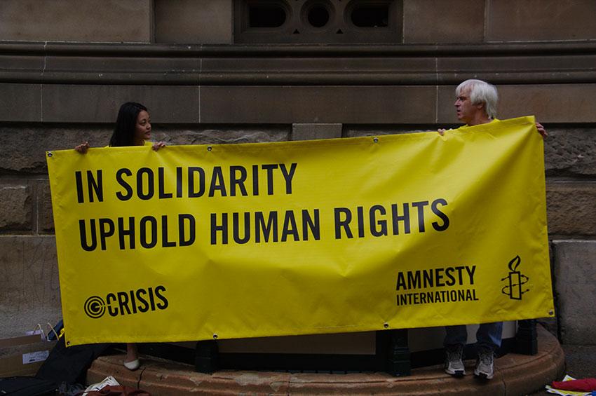 Amnesty International est une ONG qui milite pour le respect des Droits de l'Homme dans le monde.