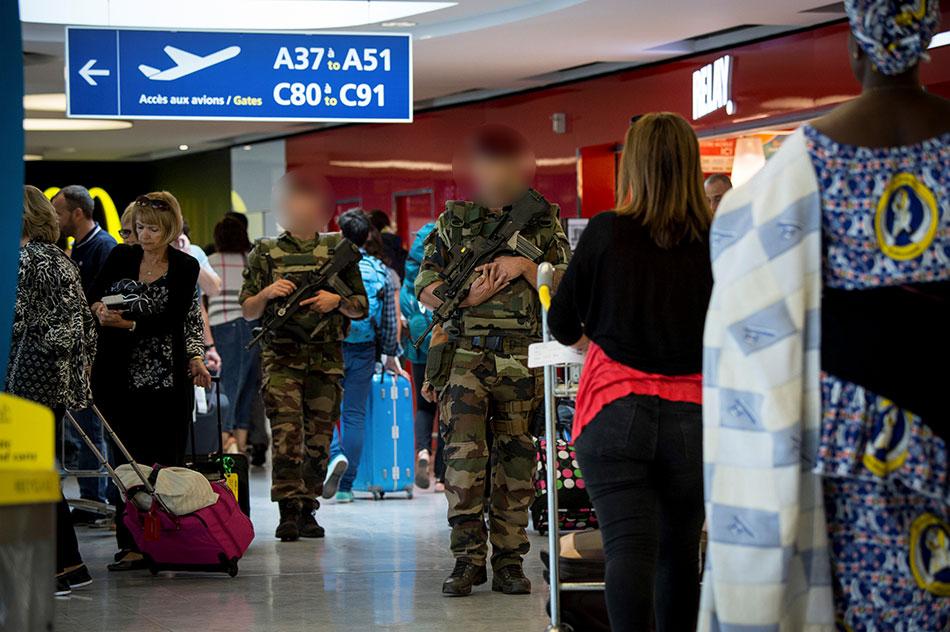 Soldats patrouillant à l'aéroport Roissy-Charles-de-Gaulle dans le cadre de l'opération Sentinelle