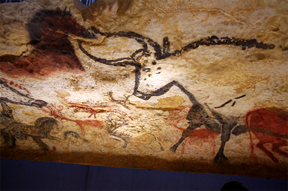 Reproduction d'une peinture sur les murs de la grotte de Lascaux (Dordogne).