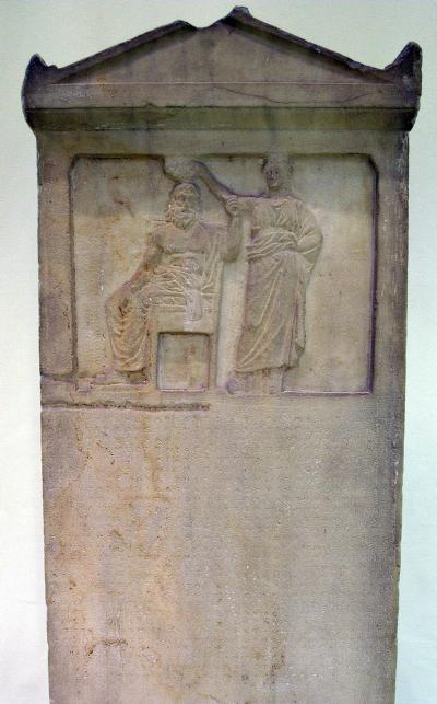 La démocratie couronne le peuple, stèle de marbre du IVe siècle av. J.-C.