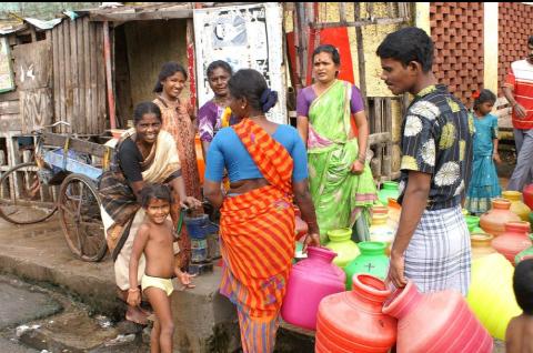 Une borne-fontaine dans un quartier urbain en Inde
