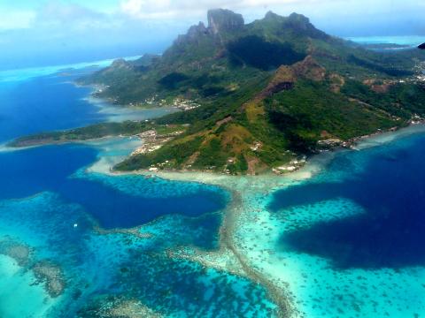 Île volcanique de Bora-Bora et son lagon entouré d'un récif corallien en Polynésie française