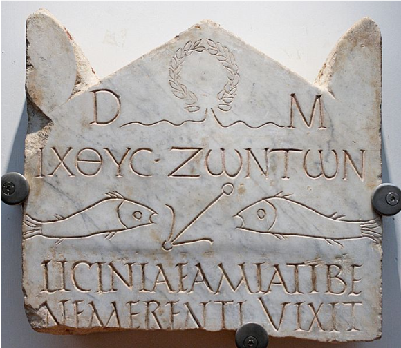 Des poissons et une ancre, symboles chrétiens, sur une stèle funéraire du IIIe siècle