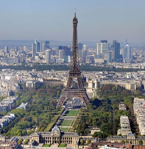 Paris, vue sur la tour Eiffel et le quartier des affaires de La Défense