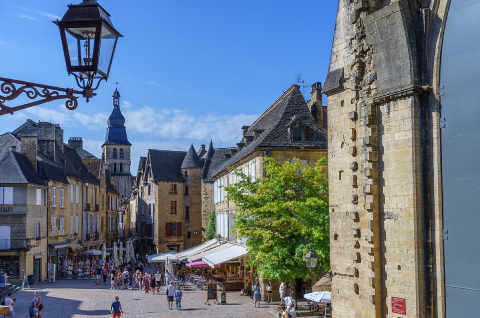 Sarlat-la-Canéda en Périgord mise sur le tourisme et la qualité de vie.
