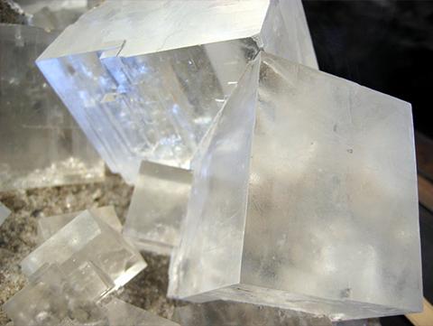 Cristal de sel à l'échelle macroscopique (à notre échelle)