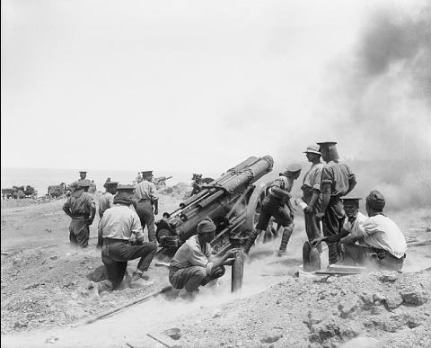 Canon anglais en batterie lors de la bataille de Gallipoli, Ernest Brooks, juin 1915