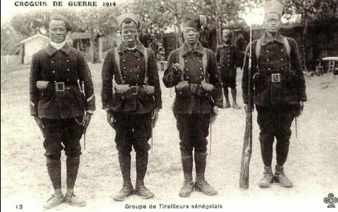 Carte postale avec des tirailleurs sénégalais