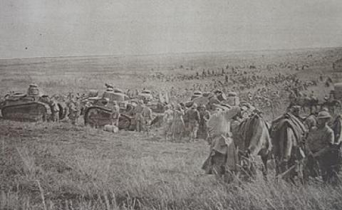Soldats français et américains soutenus par des chars Renault sur le front de la Meuse