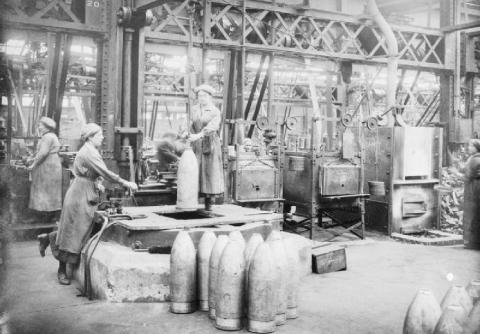 Munitionnettes en mai 1917 dans une usine Vickers