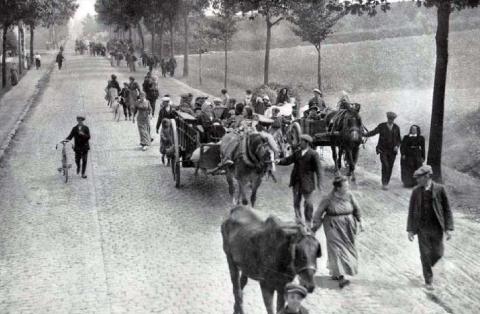 Des réfugiés belges sur les routes en 1914