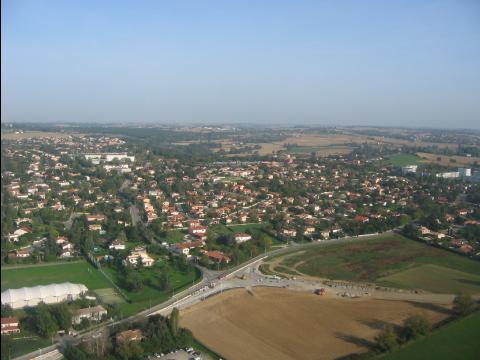 Un espace périurbain en France: on distingue les constructions récentes et les anciennes terres agricoles autour.