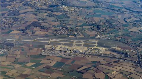 Aéroport de Lyon-Saint-Exupéry, situé à 25km de Lyon