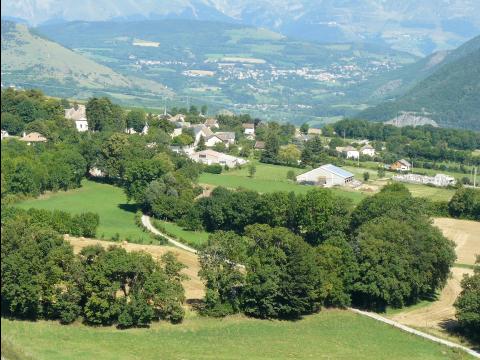 Le village de Sinard, commune du Rhône-Alpes-Auvergne, se caractérise par une faible densité de peuplement et la dispersion de l'habitat. Une place importante est laissée aux champs, aux friches et à la forêt.