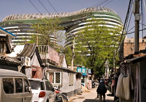 Vue d'un centre commercial moderne depuis un quartier historique du centre-ville de Pékin